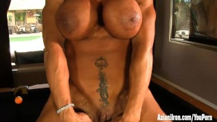 Female bodybuilder Rhonda Lee rubs her big clit