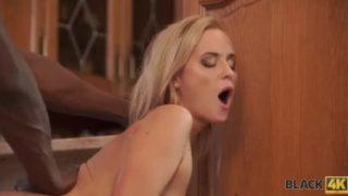 Shanie Ryan uživa u jahanju crnog penisa